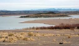 Кемпинг на берегу водохранилища Elephant Butte Reservoir.