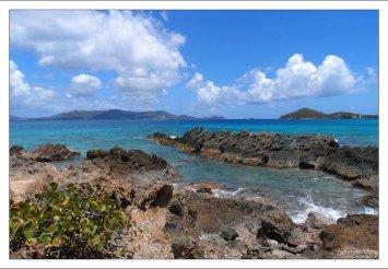 С Сапфирового пляжа хорошо виден остров Ст. Джон.