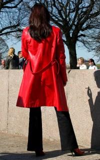 Дама в красном с теневой сигаретой.