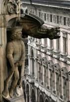 Одна из многочисленных горгулий, украшающих готический Duomo. Милан.