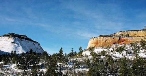 """Укутанная снегом скала и её """"мерзнущая"""" соседка."""