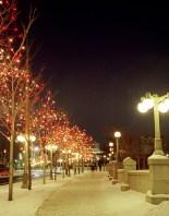 Вечерняя иллюминация на мосту. Французская провинция Квебек.