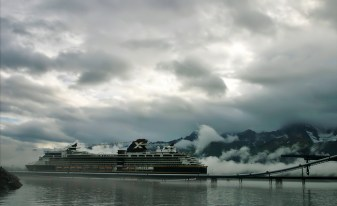 Нефтепровод Аляски и круизный корабль.
