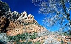 """Стены каньона вдоль тропы к """"Изумрудным прудам""""."""