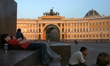 Молодежь отдыхает у подножия Александрийской колонны на Дворцовой площади.