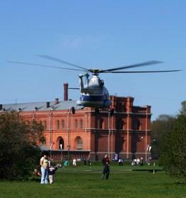 Вертолет Ми-8, заходящий на посадку.