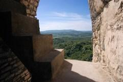 Ниша со ступеньками на вершине пирамиды El Castillo в Шунантуниче.