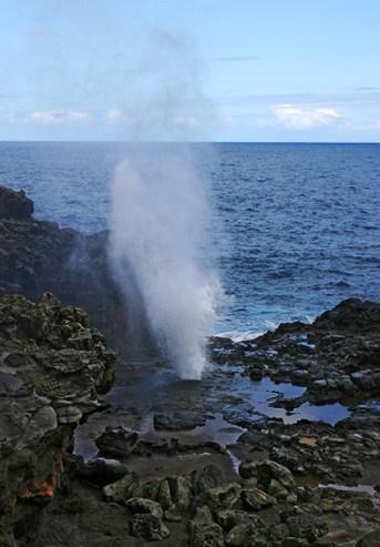 Природный феномен - океанский фонтан Nakalele blowhole.