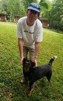 Илья с хозяйской собакой в кемпинге Trek Stop.