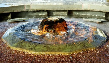 Вечный огонь на Парламентском Холме: сочетает в себе два противоположных элемента - огонь и воду.