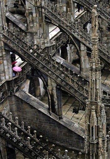 Розовый зонт среди мрачных переходов. Миланский Duomo.