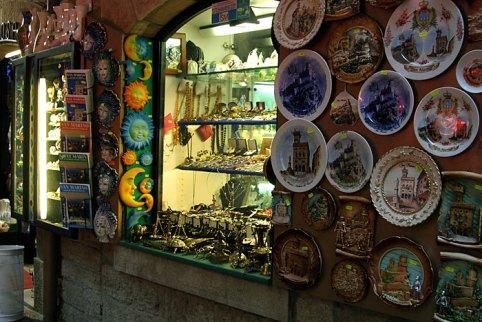 Сувенирные лавки, заполонившие улицы Сан-Марино.
