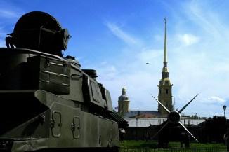 Военная техника Артиллерийского музея на фоне Петропавловской крепости (или наоборот).