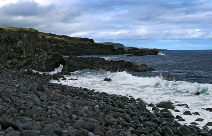 Галечный пляж вдоль дороги у южного побережья.