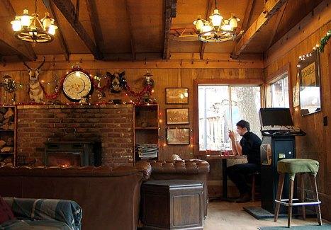 Уютная столовая с камином. Yosemite bug lodge.