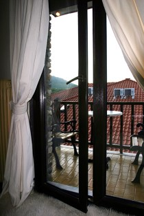 """Дверь на балкон в номере гостиницы """"Афродита"""". Litochoro, Восточная Греция."""