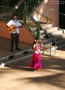 """Девушка, танцующая хулу для посетителей торгового центра """"The Shops at Wailea""""."""