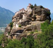 Монастырь Варлаама (Moni Varlaam), сливающийся со скалой. Метеоры.