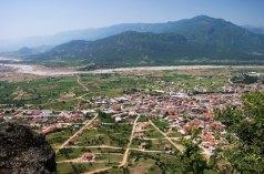 Деревня Каламбака на западной окраине Фессалийской долины.
