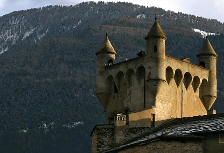 Башенки замка Saint Pierre на закате.