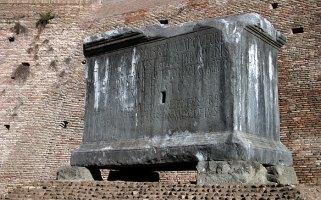 Гробница перед входом в Курию. Римский Форум.
