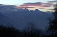 Горы вокруг долины на закате.