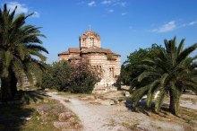 Византийская церковь Agios Nikólaos Ragavás (11-й век) в древней Агоре. Любимое место для греческих свадебных торжеств.