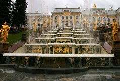Семиступенчатые водопадные лестницы перед гротами, украшенные скульптурой.