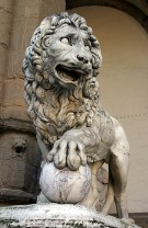 Одна из львиных фигур в лоджии dei Lanzi. Площадь della Signoria. Флоренция.