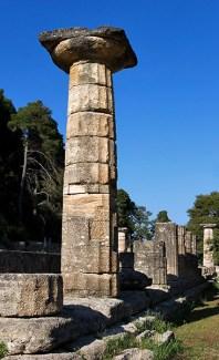 Дорическая колонна Храма Геры - одного из самых старых в Греции (7 в. до н.э.). Древняя Олимпия.