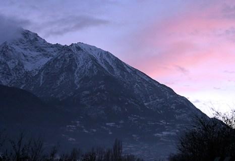 Нежно-розовый закат в долине.