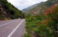 Участок дороги Спарта-Леонидио, проложен через горы Parnonas Mountains.
