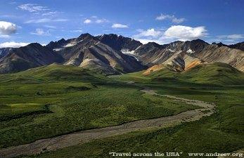 Разноцветные холмы горной цепи Alaska range.