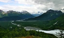 Нижняя часть ледника Exit Glacier и река Воскресения на заднем плане.