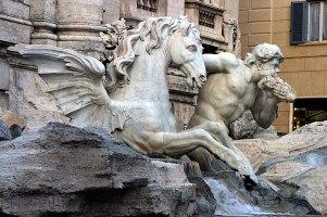 Фрагмент фонтана де Треви: Тритон и спокойный крылатый конь, символизирующий такое же море.