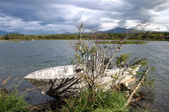 Пришвартованный катер у берега озера Naknek Lake.