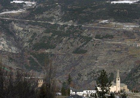 Церковь у подножия гор.