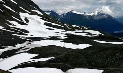 """Снежные """"лужайки"""" на склоне гор Kenai Mountains."""