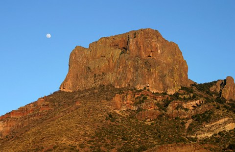 Скала Casa Grande при полной луне.