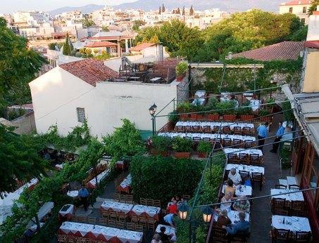 """Вид с террасы ресторана """"Attelos"""" на ужинающих греков и туристов. Плака."""