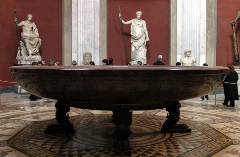 Чаша с головами и дубинка питекантропа справа :) Музеи Ватикана.