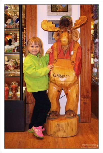 Саша в магазине сувениров.