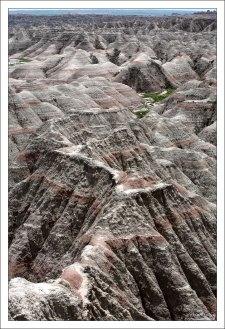 При выпадении осадков вода быстро стекает по склонам, размывая рыхлые отложения.