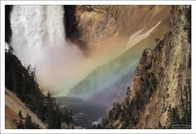 Радуга у подножия Lower Yellowstone Falls.