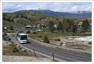 Туристические автобусы на дороге возле Мамонтовых террас.
