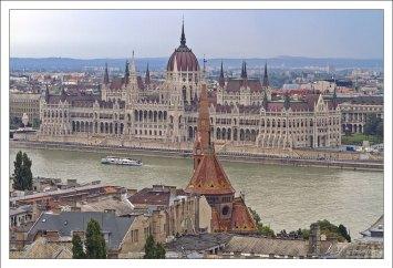 Венгерский Парламент на правой стороне Дуная.