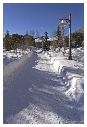 Снежная тропинка в идеальном порядке.
