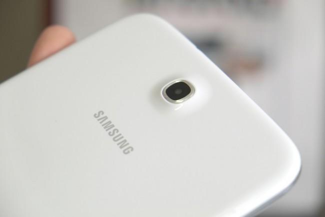 Die rückseitige 5 MP-Kamera ragt leicht aus der Abdeckung hervor, damit liegt das Tablet nicht ganz eben auf. Vorne kommt eine 1,3 MP-Kamera zum Einsatz.