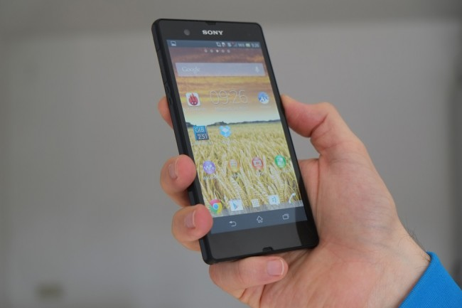 Mit einer Displaydigaonoale von fünf Zoll und dem kantigen Design liegt das Xperia Z etwas klobig in der Hand.