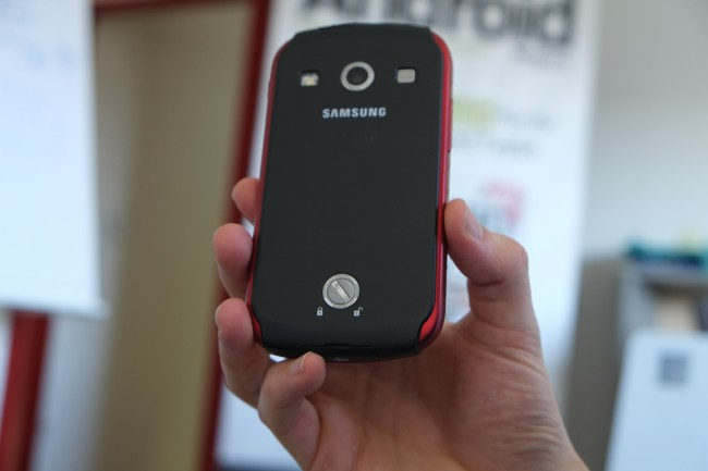 """Samsung """"verschweißt"""" die rückseitige Abdeckung mittels eines Drehverschlusses mit dem Gehäuse."""